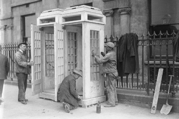 Budowa budek telefonicznych w Dublinie w 1932 roku