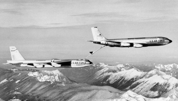 B-52G w trakcie pobierania paliwa w locie z KC-135A