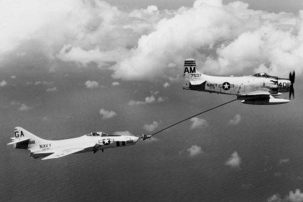 A-1 Skyraider podczas przekazywania paliwa z podwieszanych dodatkowych zbiorników