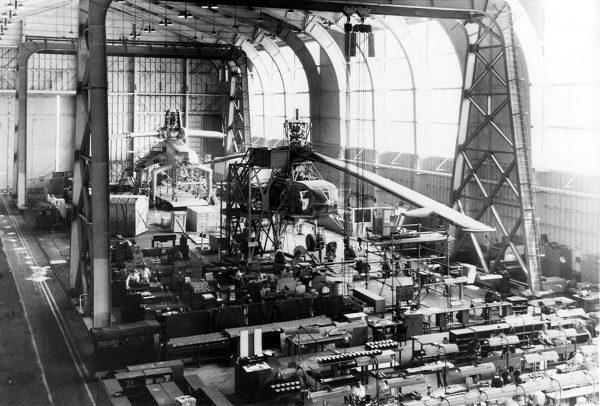 Hala montażowa zakładów Hughes - widać dwa egzemplarze Hughes XH-17
