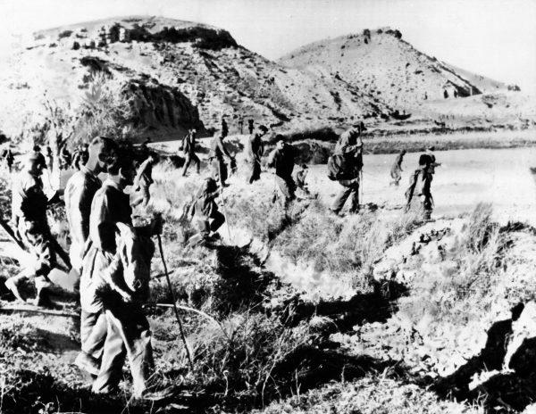 Amerykańscy żołnierze przeczesujący pole niedaleko miejsca katastrofy B-52 w Palomares w Hiszpanii
