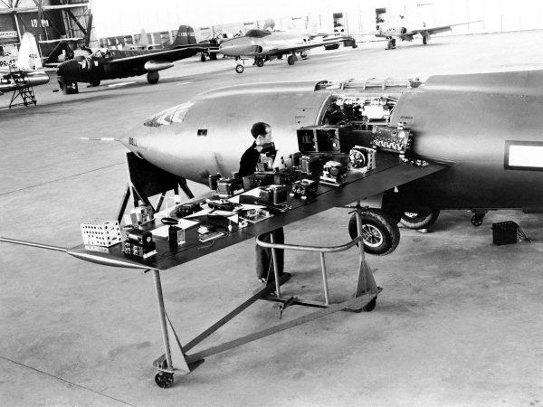 Bell X-1 podczas montowania aparatury pomiarowej, służącej do badania parametrów lotu