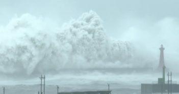 Latarnia morska na Tajwanie vs. olbrzymie fale