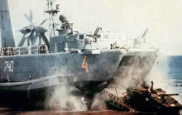 PT-76 podczas desantu z poduszkowca projektu 12321