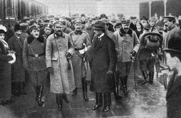 Józef Piłsudski na dworcu kolejowym w Warszawie 11 listopada 1918 roku