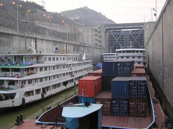 Śluza przy zaporze (fot. ogwen/Wikimedia Commons)