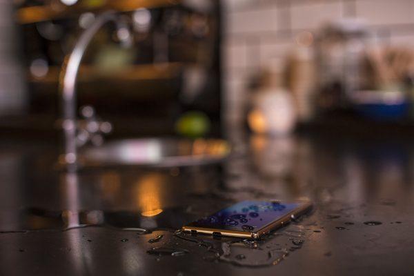 Praktycznie większość smartfonów premium jest wodoodporna, albo chociaż odporna na zmoczenie (fot. Sony)