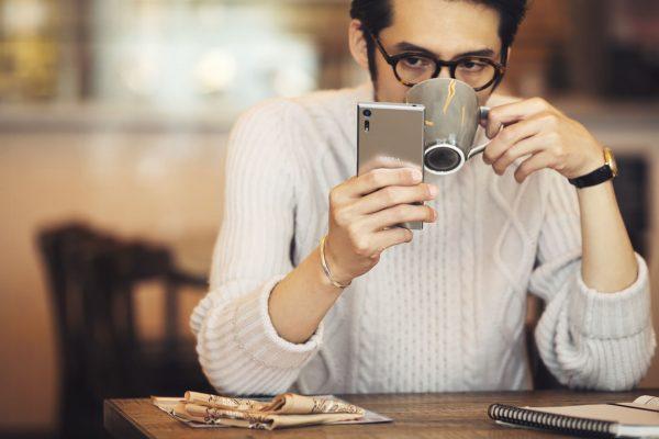 Smartfony towarzyszą nam cały czas, będąc już częścią naszego życia (fot. Sony)