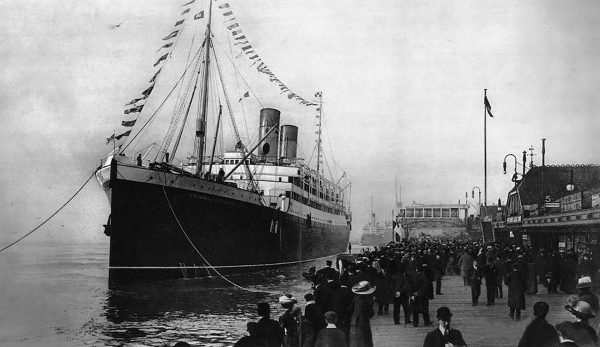 Empress of Ireland w trakcie przygotowań do wypłynięcia z Liverpoolu (fot. Agefotostock)