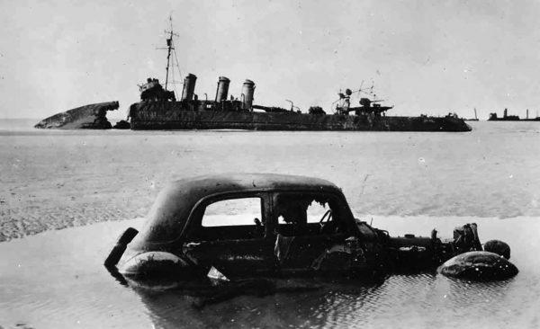 Wrak niszczyciela i samochodu na plaży w Dunkierce