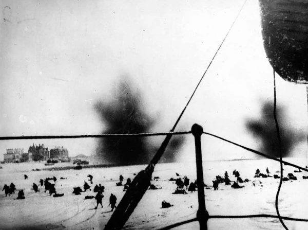 Brytyjscy żołnierze starający się dostać do znajdującego się przy brzegu okrętu