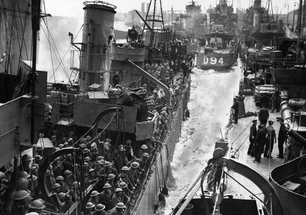 Ewakuowani z Dunkierki żołnierze na pokładzie jednego z okrętów