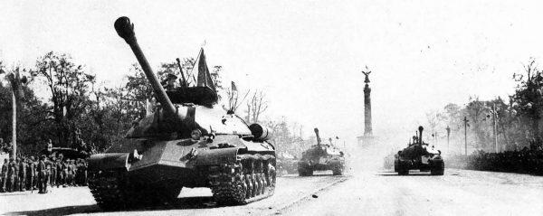 Czołgi ciężkie IS-3 na defiladzie w Berlinie