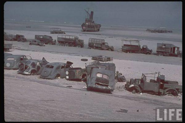 Porzucone pojazdy na plaży w Dunkierce (fot. LIFE)