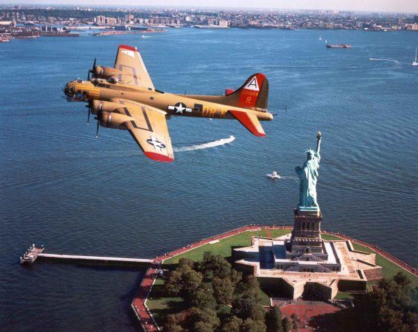 B-17 przelatujący nad Statuą Wolności