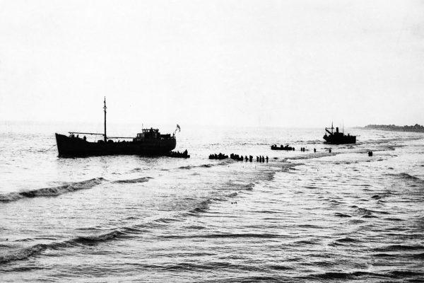 Tylko niektóre statki mogły przypływać w miarę blisko do plaż
