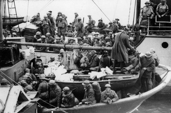 Brytyjscy żołnierze na pokładzie jednego z okrętów wojennych