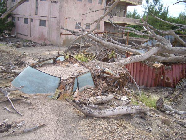 Zniszczony samochód w starej stolicy wyspy, Plymouth - zdjęcie z 2005 roku (fot. UWI Seismic Research Centre)