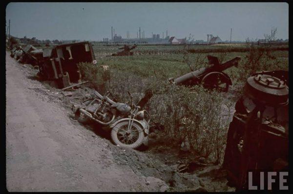 Porzucone pojazdy na drodze prowadzącej do Dunkierki (fot. LIFE)