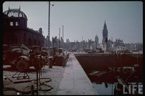 Porzucone pojazdy na nabrzeżu w Dunkierce (fot. LIFE)