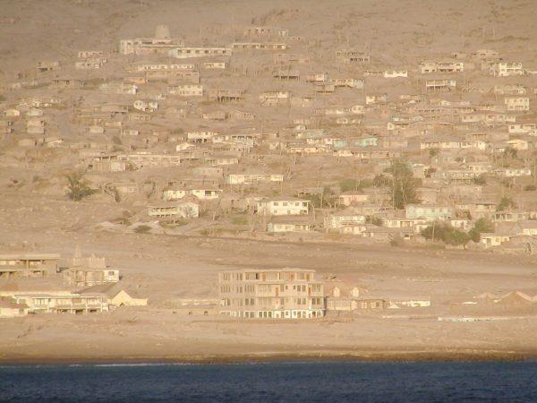 Dawna stolica wyspy Montserrat - Plymouth - zdjęcia z 2003 roku (fot. Mike Schinkel)