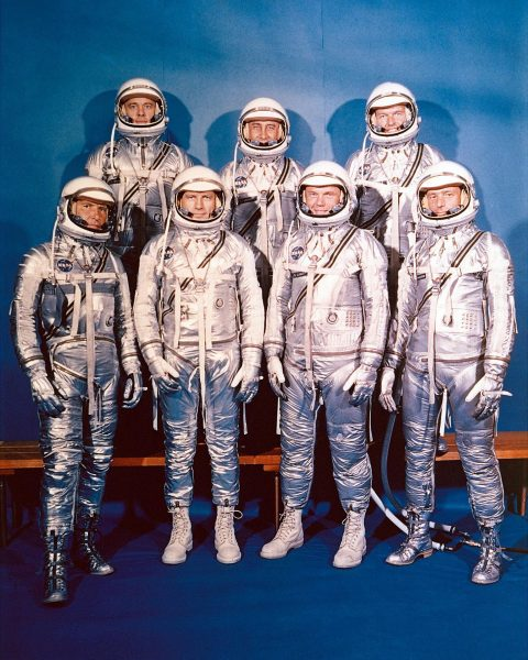 The Mercury Seven - tylny rząd od lewej - Alan Shepard, Gus Grissom, Gordon Cooper, przedni rząd od lewej Wally Schirra, Deke Slayton, John Glenn iScott Carpenter