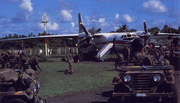 Amerykańscy żołnierze obok przejętych samolotów w 1983 roku