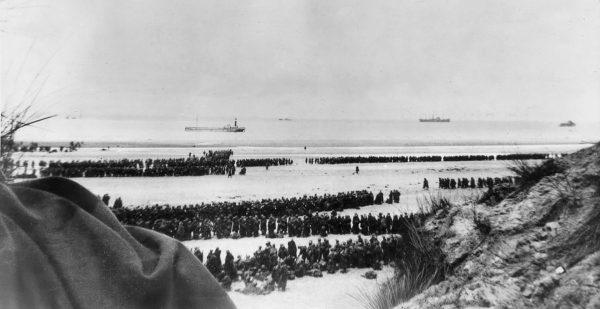 Żołnierze czekający na ewakuację