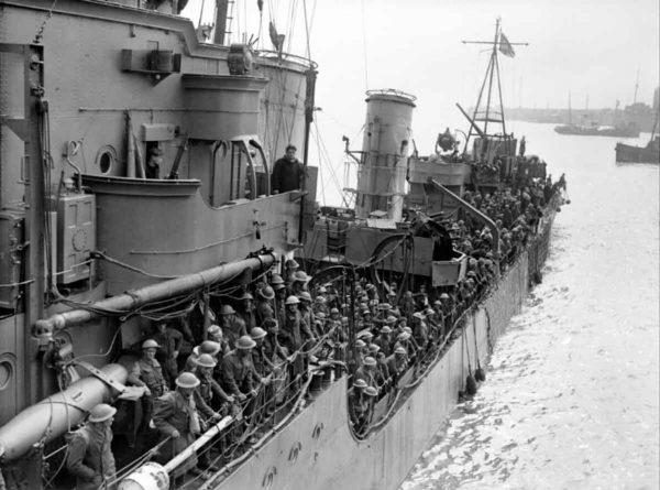 Ewakuowani z Dunkierki żołnierze na pokładzie niszczyciela