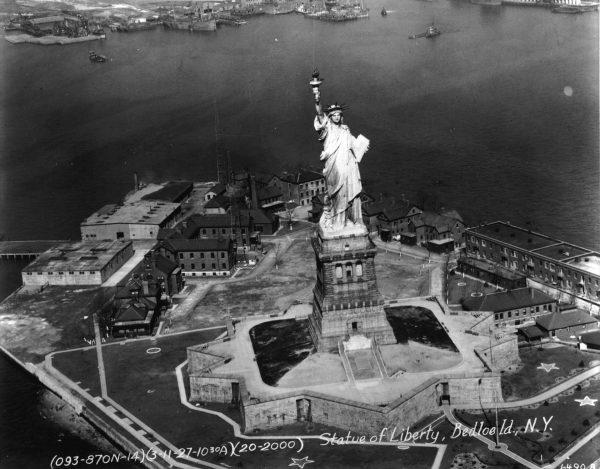 Statua Wolności na Liberty Island w 1927 roku - współcześnie na wyspie nie ma śladu po tych budynkach