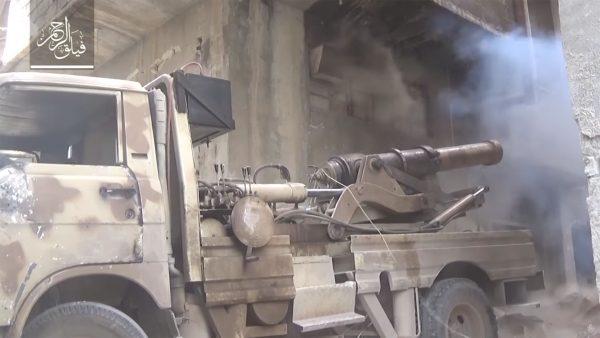XIX-wieczne działo na ciężarówce - gdzieś w Syrii