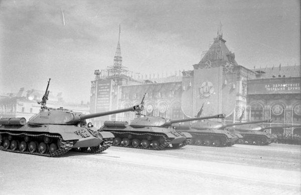 Czołgi ciężkie IS-3 na defiladzie w Moskwie