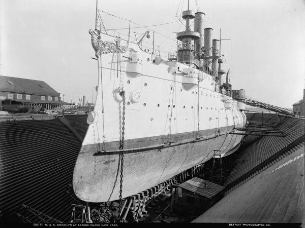 USS Brooklyn w suchym doku