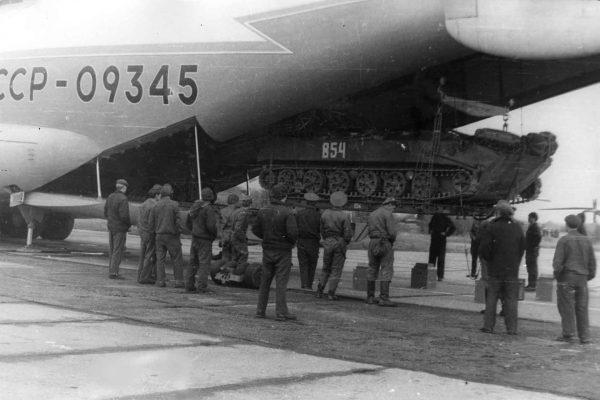 Załadunek pojazdu pancernego do An-22