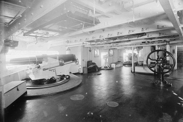 Pokład artyleryjski z działami kalibru 127 mm USS Brooklyn
