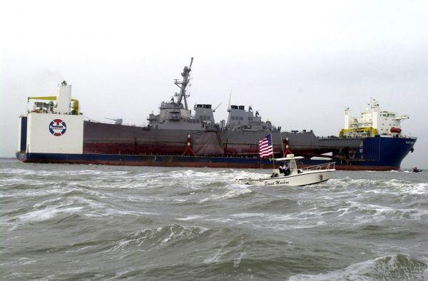 MV Blue Marlin i niszczyciel USS Cole (fot. US Navy)