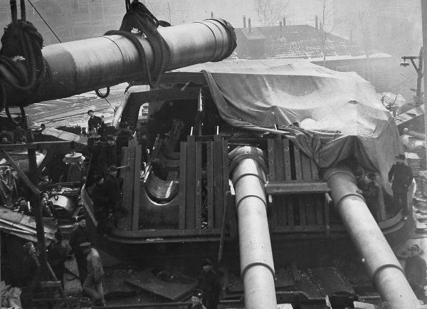 Wieża Połtawy podczas montażu armat