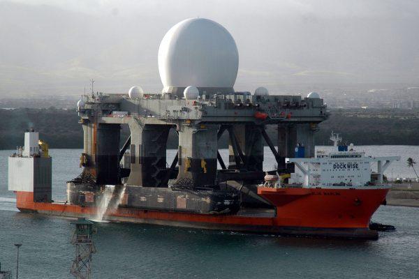 MV Blue Marlin i pływająca stacja radarowa SBX (fot. US Navy)