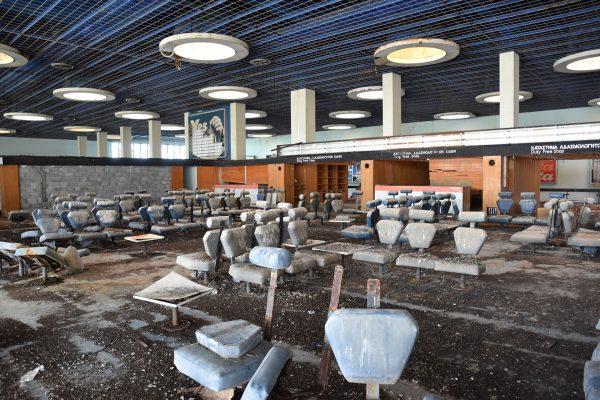 Wnętrze terminalu - to co widać to skutki obecności ptaków... (fot. Dickelbers/Wikimedia Commons)
