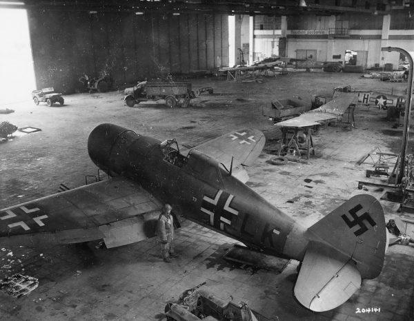 Przejęty przez Niemców P-47D w hangarze w Getyndze (fot. US Army)