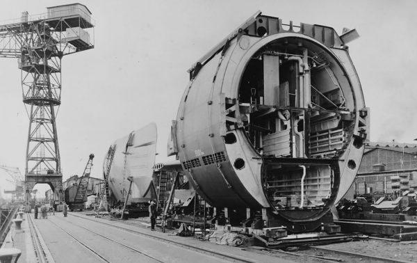 Sekcje okrętów typu XXI podczas przygotowań do finalnego montażu