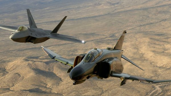 McDonnell-Douglas F-4 Phantom II i F-22 Raptor