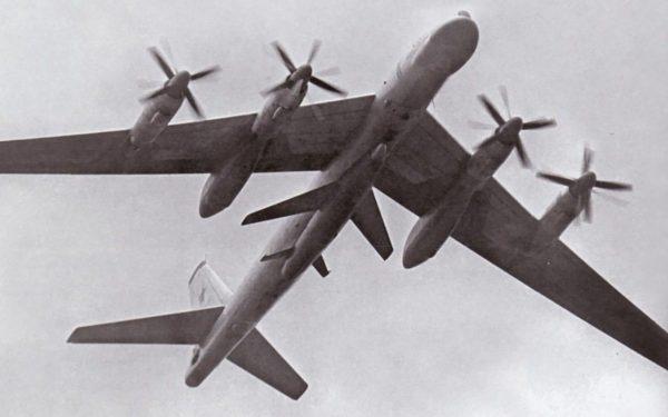 Tu-95 z pociskiem Ch-20