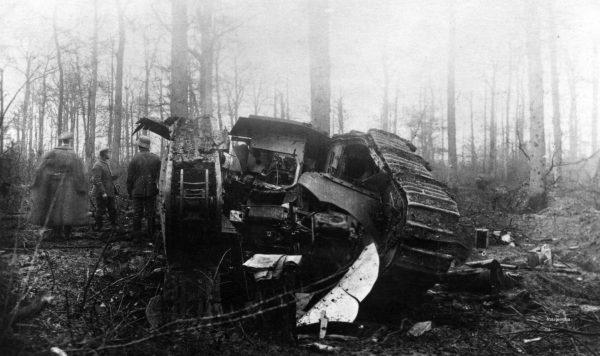 Niemieccy żołnierze przy zniszczonym brytyjskim czołgu