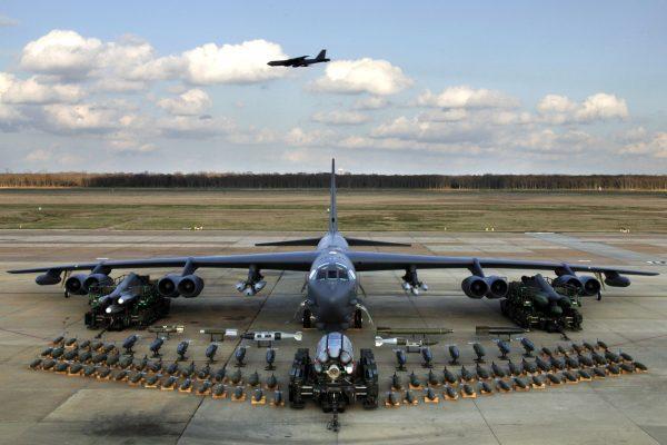 Pokaźny arsenał B-52 Stratofortress (fot. Robert J. Horstman)