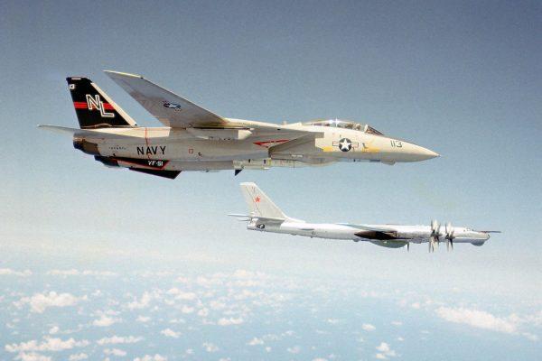 F-14 Tomcat obok Tu-95