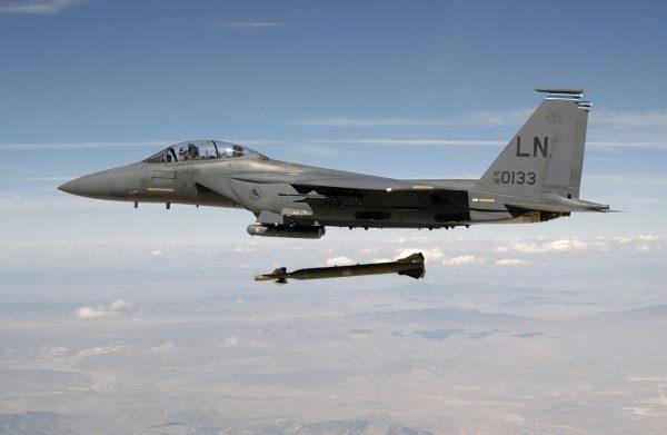 """F-15E Strike Eagle zrzucający bombę GBU-28 """"Bunker Buster"""" (większą od GBU-10)"""