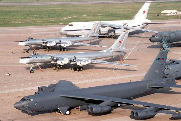 Dwa Tu-95, An-124 Rusłan i B-52H Stratofortress