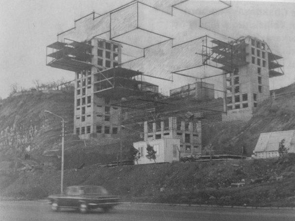 Budynek ministerstwa podczas budowy (z naniesionymi na zdjęcie zarysami końcowej konstrukcji