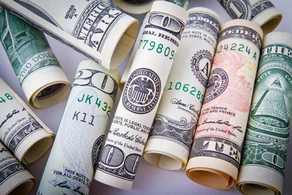 Dolar to popularna i dość bezpieczna waluta, choć po prezydenckich wyborach w USA nieco zachwiała się jego wartość. Nie znaczy to jednak, że w najbliższym czasie nie uda się na zakupie dolarów i dolarowych transakcjach zaoszczędzić – wszystko trzeba po prostu dobrze opracować. (fot. pixabay.com)